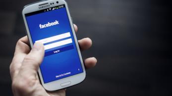 L'app Facebook su uno smartphone