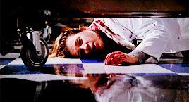 Lucy Knight giace in una pozza di sangue: è stata accoltellata