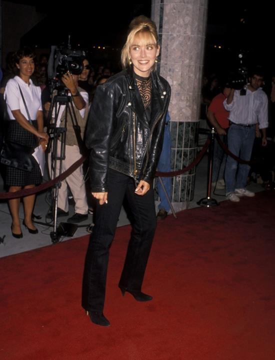 Sharon Stone in giubbotto in pelle e pantaloni neri