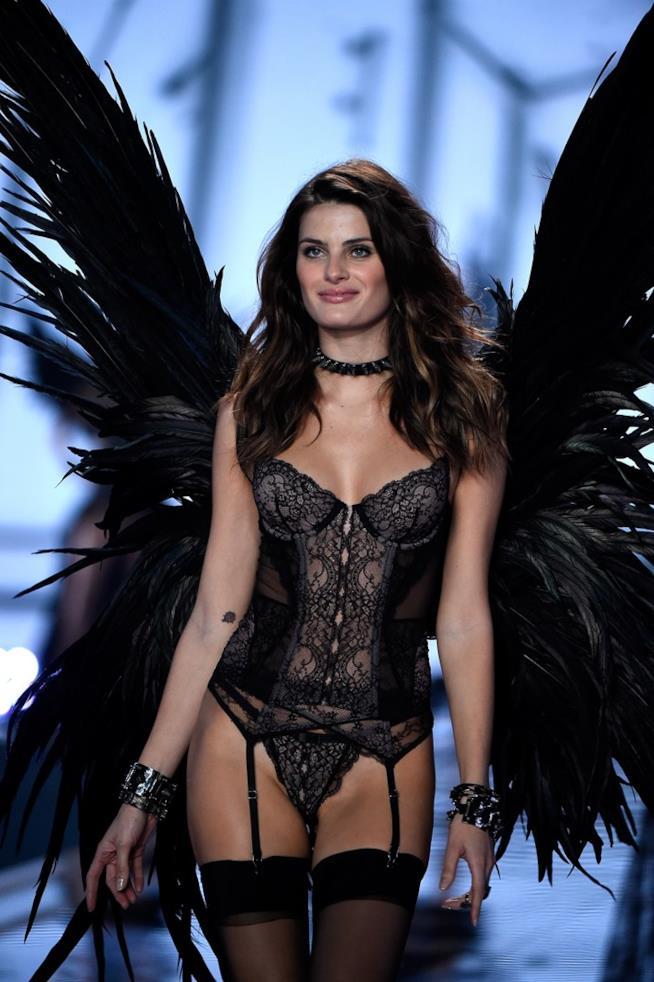 Isabeli Fontana sfila per Victoria's Secret nel 2014