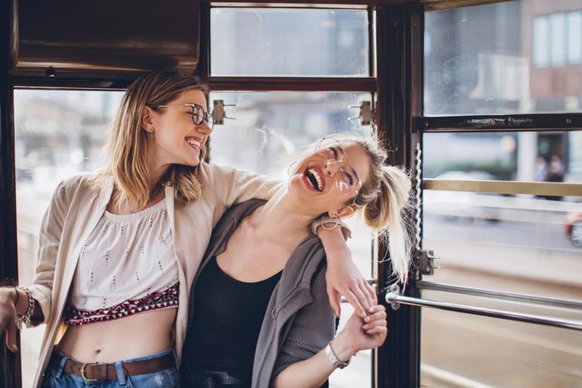 Amiche ridono insieme