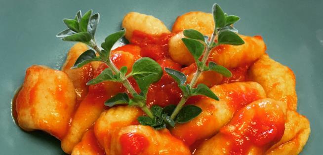 Gnocchi vegani conditi con sugo al pomodoro
