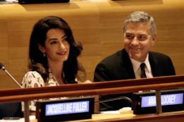 Primo piano di George Clooney e la moglie Amal