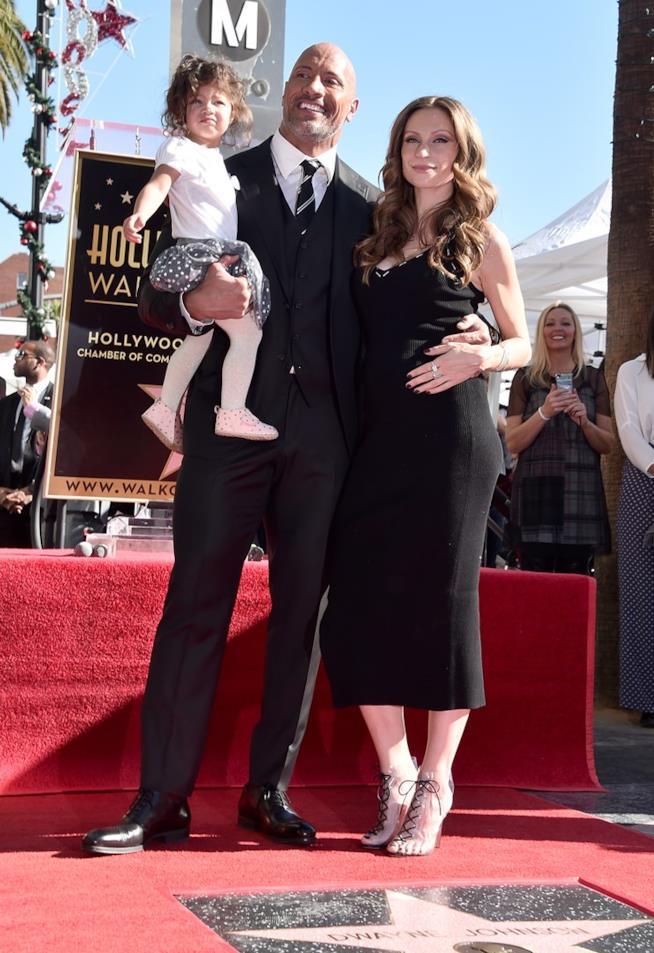 Dwayne Johnson con la sua compagna e loro figlia sulla Walk of Fame