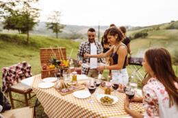 Ragazzi a tavola che preparano un barbecue