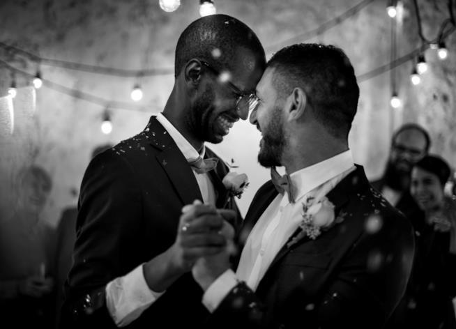 Una coppia gay nel suo primo ballo al matrimonio