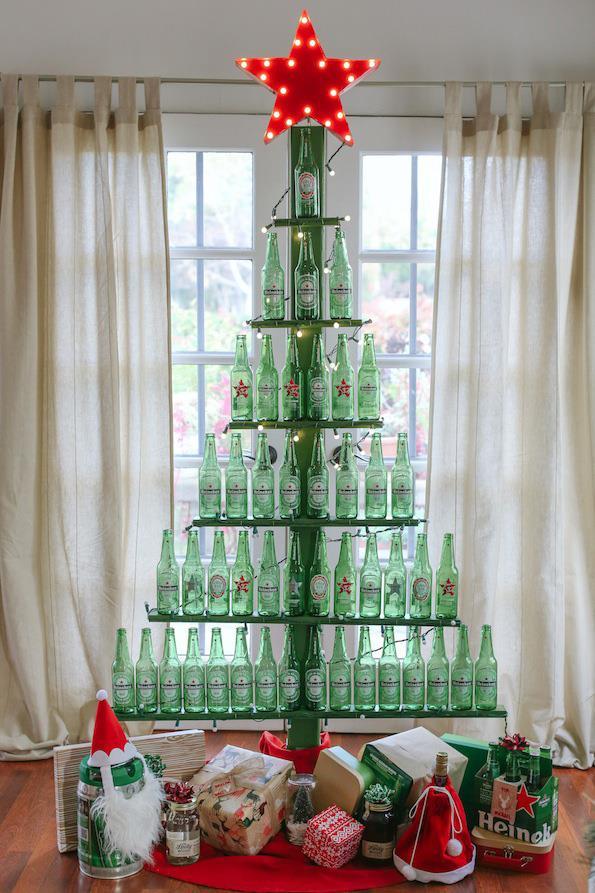 Albero di Natale creato con bottiglie di birra vuote