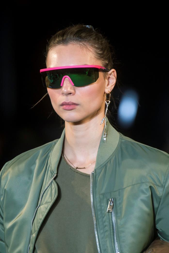Modella che indossa occhiali da sole Zadig e Voltaire