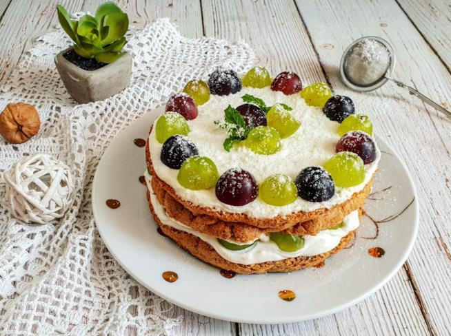 Dolce con crema bianca e frutta