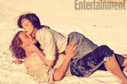 Claire e Jamie abbracciati sensualmente sulla spiaggia