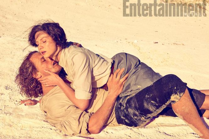Sam e Caitriona sulla spiaggia mentre si stringono in un abbraccio