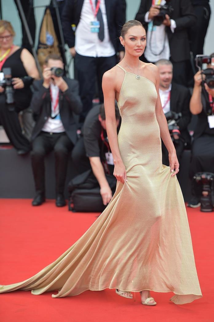 Candice Swanepoel sul red carpet di Venezia 76
