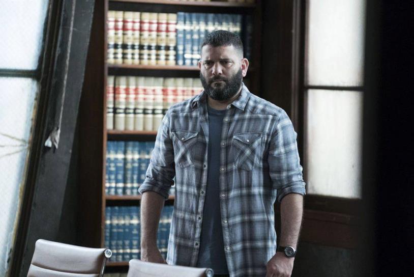 Guillermo Diaz (Huck) in una scena di Scandal