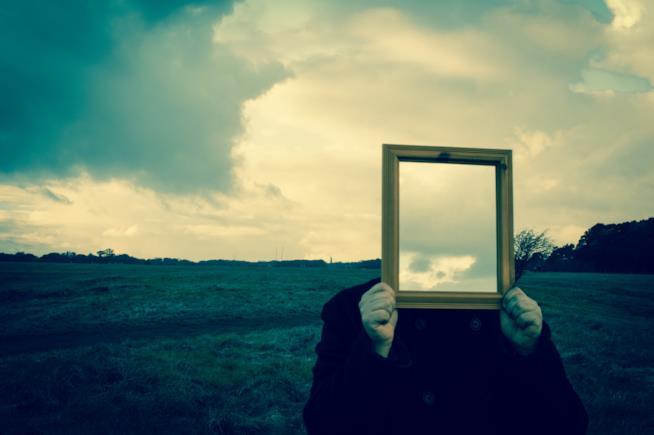 Specchio davanti al volto
