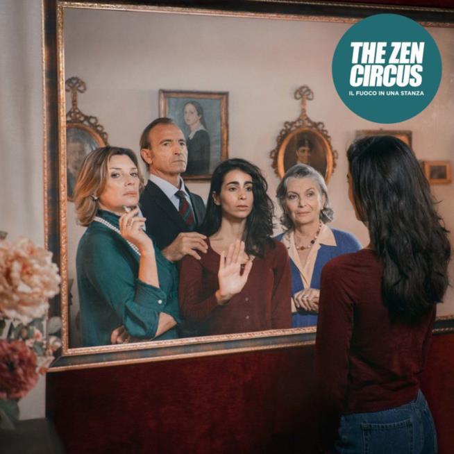Una ragazza si specchia, sullo specchio lei, un uomo, una donna e un'anziana