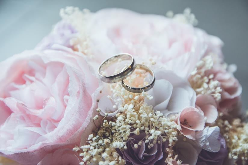 Bouquet di peonie e fedi nuziali per il matrimonio