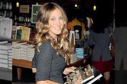 Sarah Jessica Parker per strada con un libro