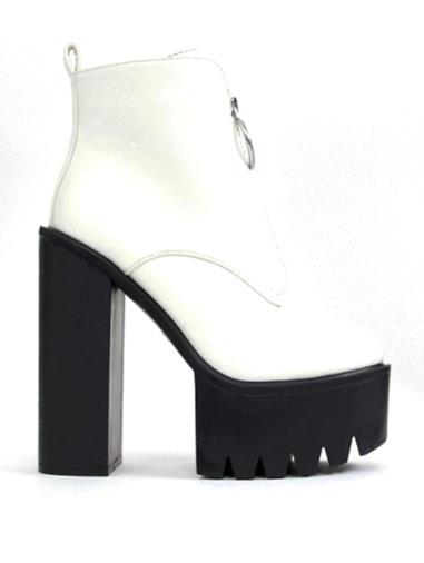 Stivali bianchi con suola a carrarmato e anello
