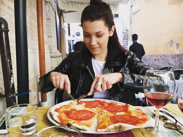 Bella Hadid non rinuncia mai alla pizza