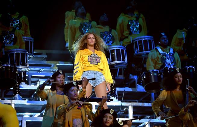 Beyoncé con capelli lunghi e ricci