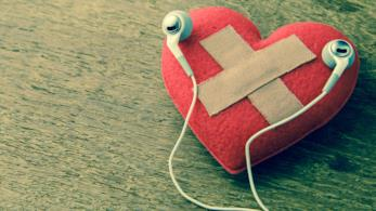 Il primo piano di un cuore di carta spezzato da una ragazza