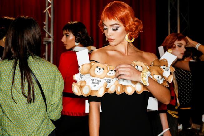 Un'immagine di backstage della sfilata di Moschino