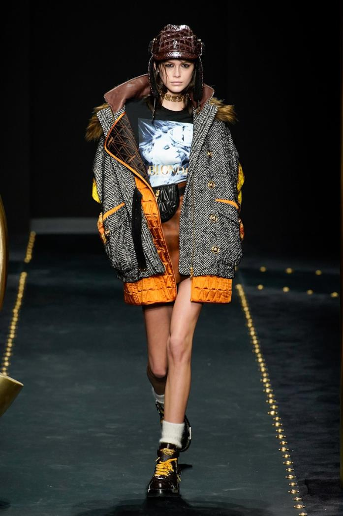 Look grintoso e sporty per Versace