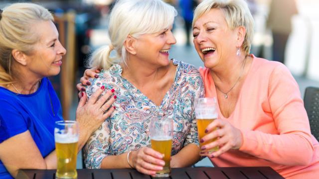 Le gemelle più anziane d'Inghilterra svelano il segreto della loro longevità: 'Niente sesso e tanta Guinness'
