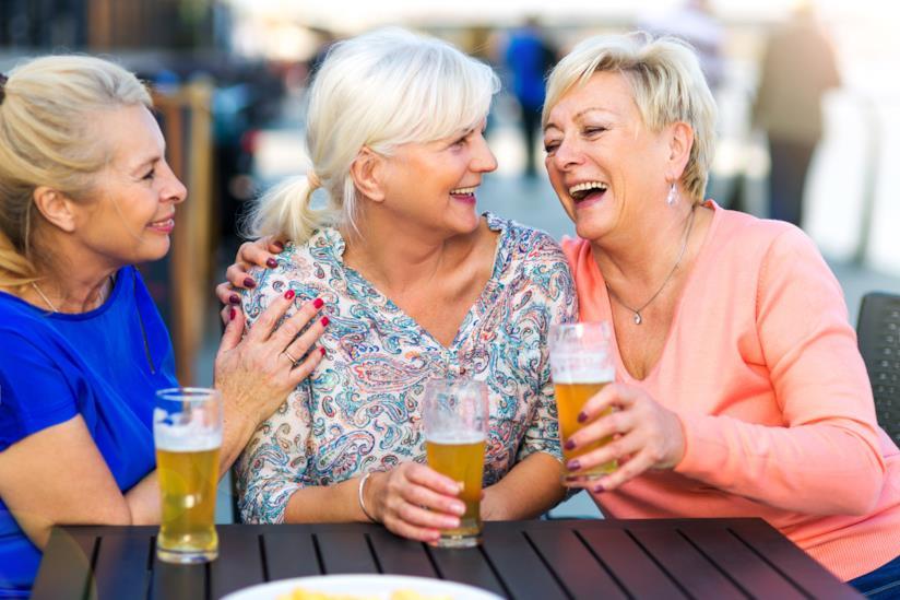 Amiche che bevono birra