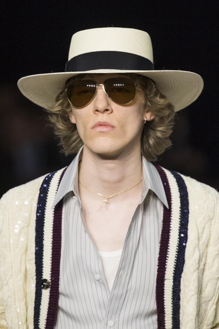 Cappello in paglia, camicia a righe e maxi cardigan per la PE 2020