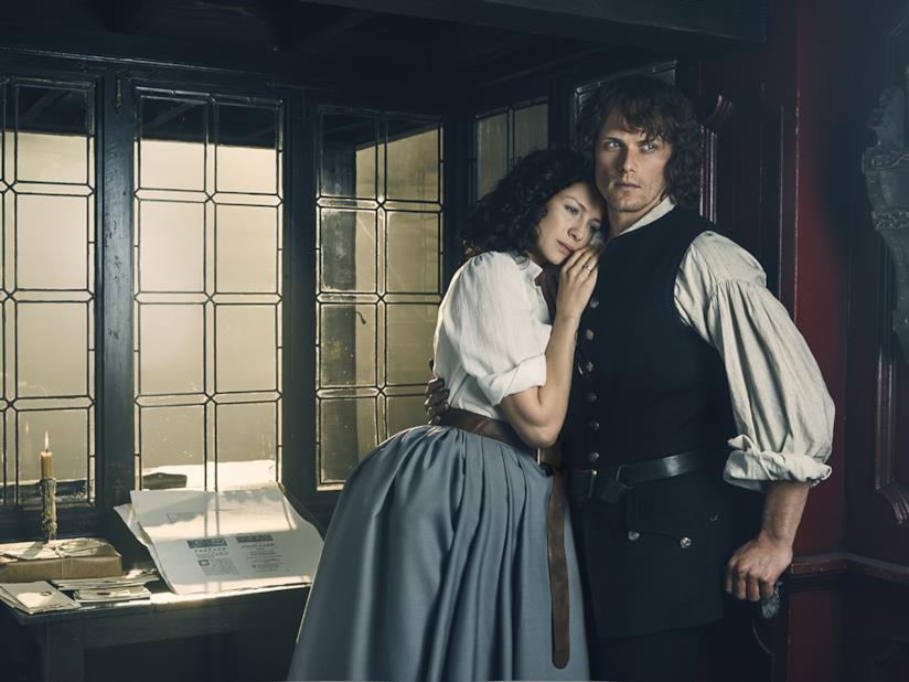Jamie e Claire abbracciati