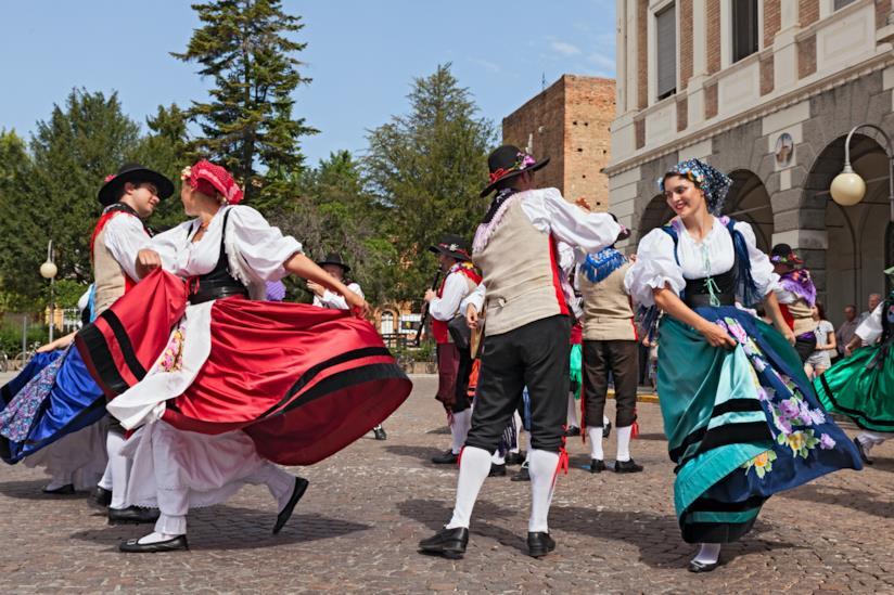 Persone che danzano con costumi tradizionali