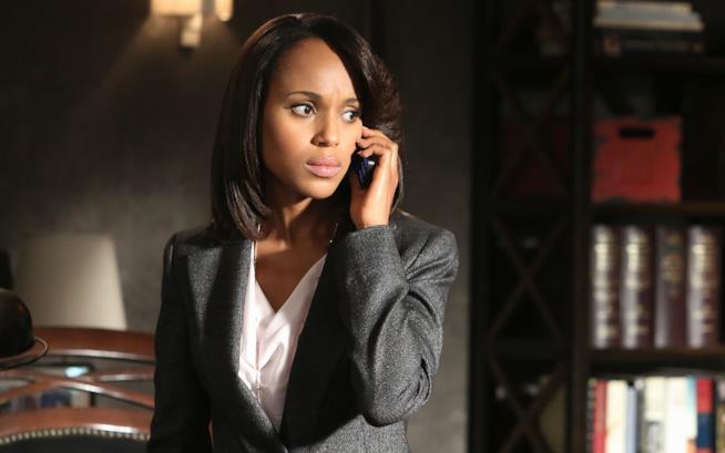 Olivia Pope al telefono in una scena di Scandal