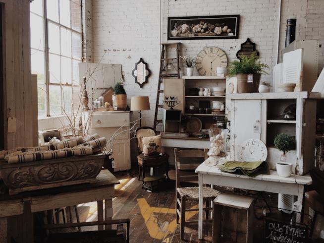 Interno di un negozio specializzato in articoli vintage per la casa