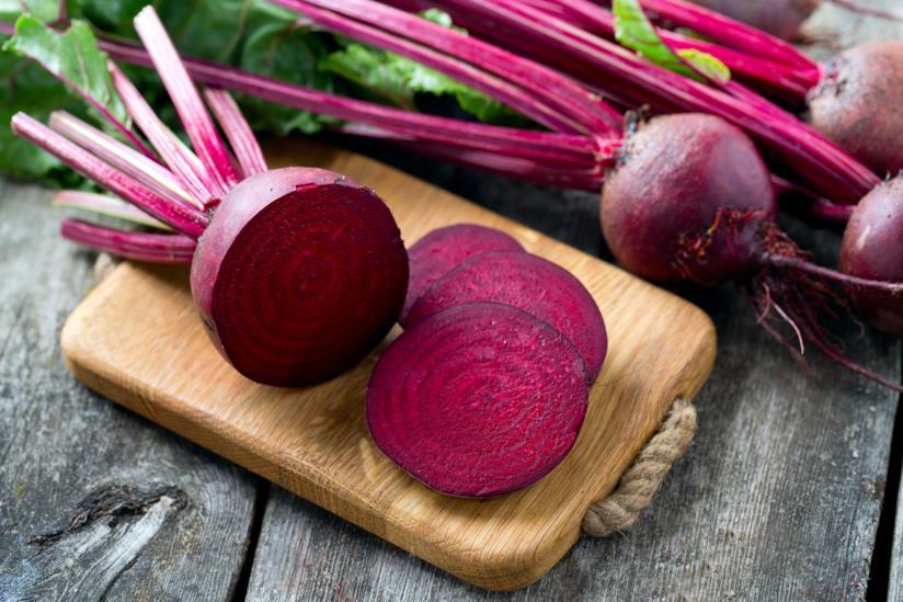 Verdura rossa sopra il tagliere