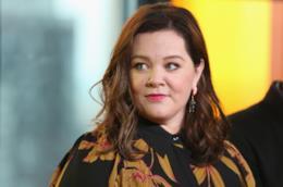 Melissa McCarthy guarda con attenzione