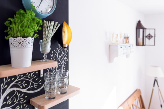 Angolo di cucina con piccola lavagna e qualche decorazione