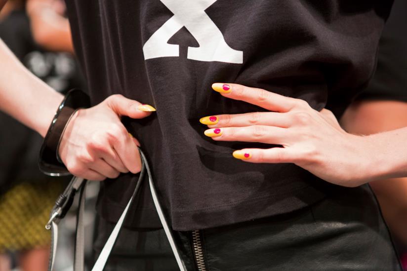 Nail art semplice sull'arancio e fucsia