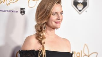 Drew Barrymore sorridente sul red carpet