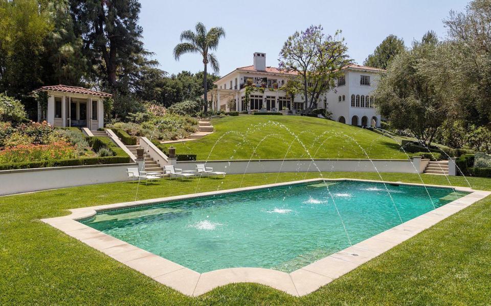 Una grnade piscina nella casa di Angelina Jolie