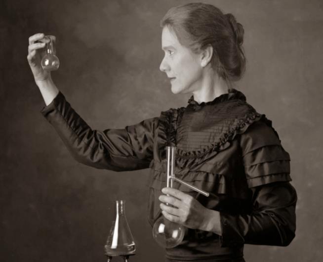 Marie Curie con provette
