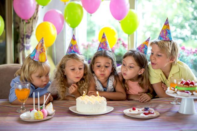 Bambini che spengono le candeline