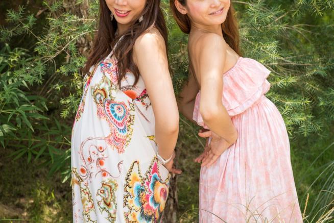Due ragazze con il pancione
