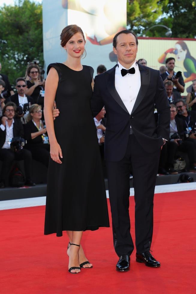 Stefano Accorsi e Bianca Vitali sul red carpet di Venezia
