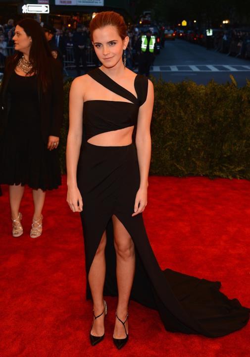 Emma Watson indossa un abito nero davvero seducente
