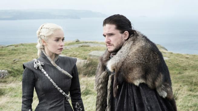 Emilia Clarke e Kit Harington ne Il trono di spade