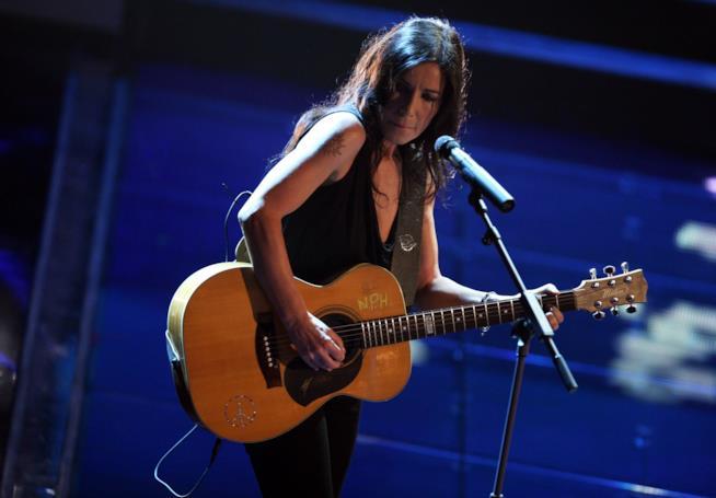 Paola Turci si esibisce con la chitarra