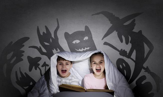 Bambini leggono libri paurosi