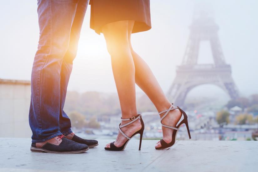 Dettaglio delle gambe di una coppia mentre sono a Parigi