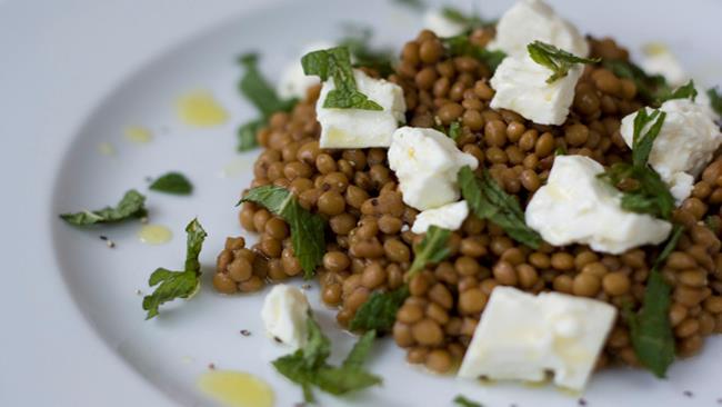 Lenticchie condite con olio e formaggio